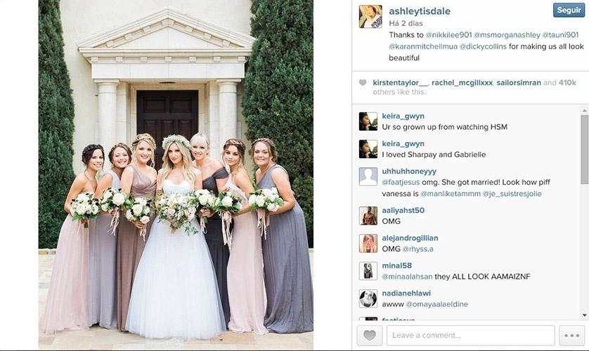8.set.2014 - A atriz Ashley Tisdale posa com damas de seu casamento. Entre elas, está a atriz Vanessa Hudgens (a segunda da direita para a esquerda)