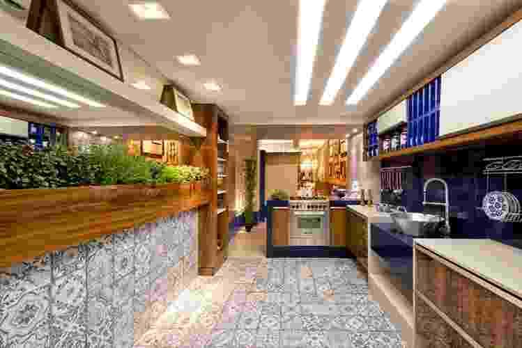 Estreante na mostra, a arquiteta e urbanista Tatielly Zammar apresenta o Loft Gourmet, com 65 m². Na cozinha, destaque para o nicho que abriga a horta de temperos e para o revestimento que lembra os azulejos portugueses. A 21ª edição da Casa Cor Paraná fica em cartaz até dia 5 de outubro de 2014, no Graciosa Country Club, na Av. Munhoz da Rocha, 1.504, em Curitiba. Outras informações: www.casacor.com.br/parana - Manoel Guimarães e Gerson Lima/Divulgação