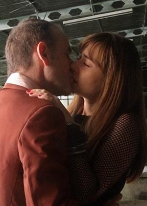 "Fernando (Marco Ricca) beija Susana (Alessandra Negrini) em ""Boogie Oogie"""