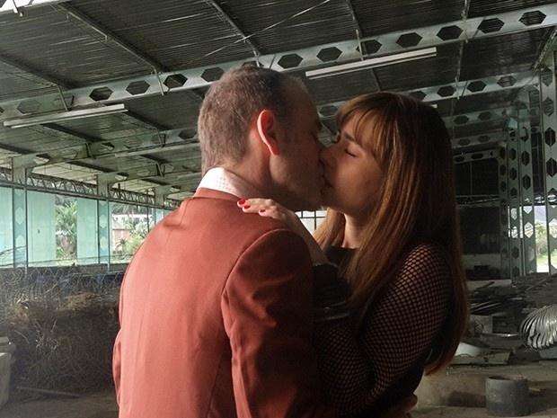 Fernando (Marco Ricca) beija Susana (Alessandra Negrini) em