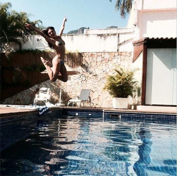 Isis Valverde aproveita a piscina de sua casa