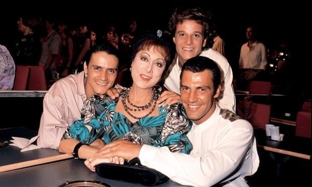 """Marcello Novaes ao lado de Gerson Brenner, Jandir Ferrari com Aracy Balabanian, a dona Armênia de """"Rainha da Sucata"""" (1990)"""