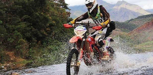 Para disputar um enduro, é preciso de uma moto preparada a qualquer tipo de piso - Roberto Brandão Filho/Infomoto