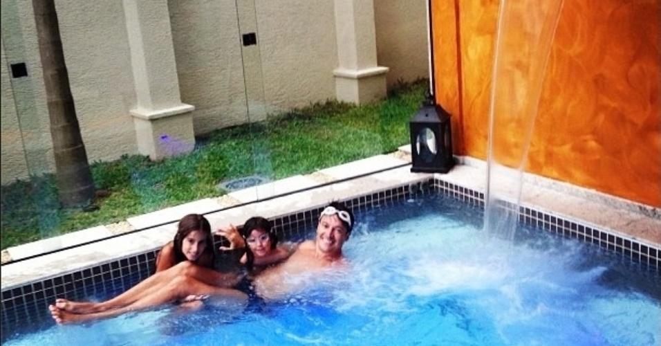 Rodrigo Faro com as filhas na piscina de sua casa