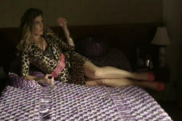 11.set.2014 - Deborah Secco ensaia no quarto de Bebel para interpretar a personagem. Agostinho tenta ajudá-la, mas se encanta com a beleza da atriz