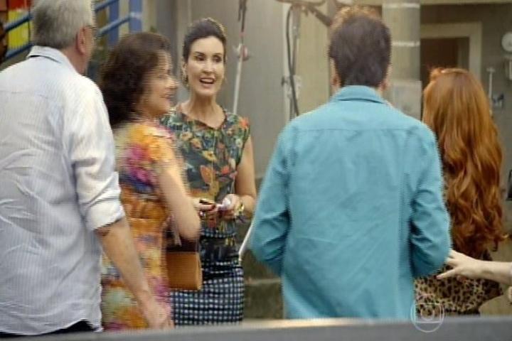 """11.set.2014 - Já na cidade cenográfica, a família avista a apresentadora Fátima Bernardes passeando distraída pelo local. """"Ai, Fátima, eu sou sua fã"""", tietou Nenê"""