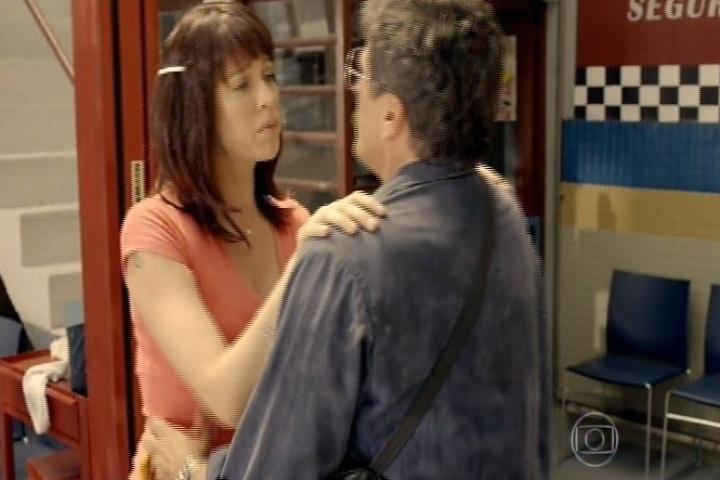 11.set.2014 - Luana Piovani ensaia para viver Lurdinha na TV e seduz Paulão na tentativa de ser o mais realista possível em sua interpretação