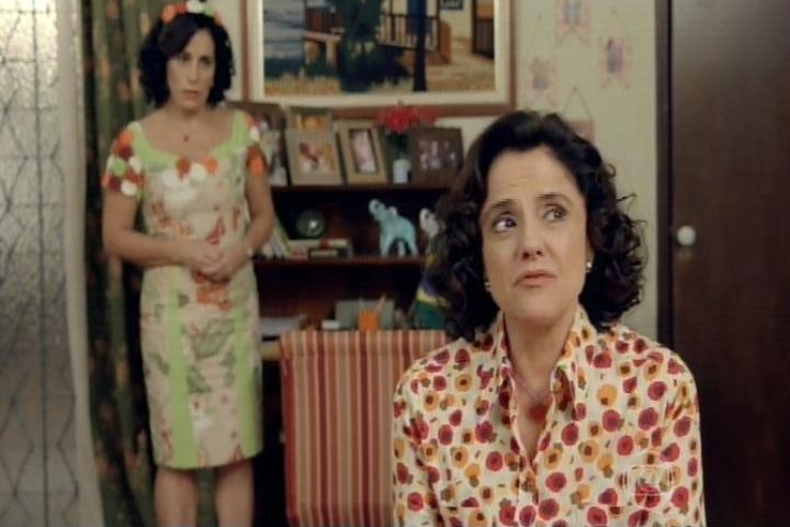 11.set.2014 - No quarto, Glória Pires questiona a Nenê se ela fez algo de errado e a dona de casa diz que não