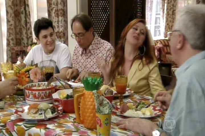 11.set.2014 - No último episódio começa com a família reunida na mesa de jantar falando sobre os planos para o futuro. Nenê vai abrir um restaurante