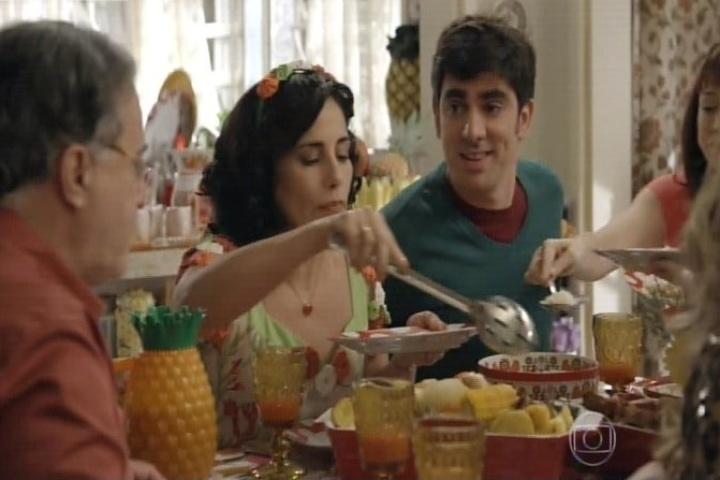 11.set.2014 - O elenco fictício repete todo o diálogo da família Silva na cena anterior. Eles lamentavam ter de deixar a casa para que ela seja reformada
