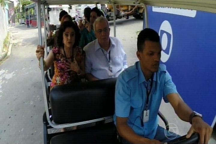 11.set.2014 - Os integrantes da família Silva e seus agregados são convidados a irem ao Projac, na zona oeste do Rio de Janeiro, para conhecer o cenário que reproduz o bairro e a casa da família