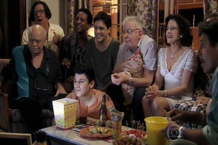 """11.set.2014 - Toda a família Silva se junta na sala de casa para assistir à exibição do primeiro episódio de """"A Grande Família"""". A segunda versão da série chegou ao fim nesta quinta-feira após 13 temporadas e 489 episódios"""