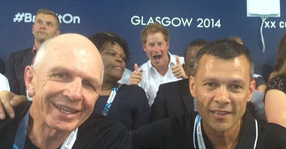 28.jul.2014 - Príncipe Harry se intromete de forma bem-humorada de Trevor Shailer, diretor-executivo da associação esportiva Sport Manawatu, da Nova Zelândia