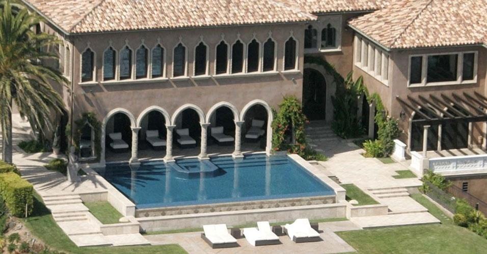 Com piscina, quadra de tênis e muitas árvores, a cantora Cher tem conforto para viver em Los Angeles