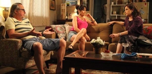 Cora (Drica Moraes) convence Severo (Tato Gabus Mendes) a se passar por Zé Alfredo em teste de DNA
