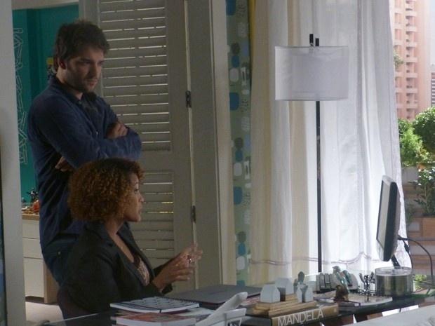 Davi (Humberto Carrão) ajuda Verônica (Taís Araújo) nas investigações