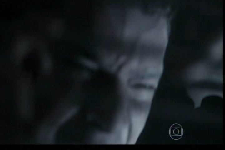 12.set.2014 - Ao sentir a temperatura do freezer aumentar, Bruno se desespera e grita por socorro