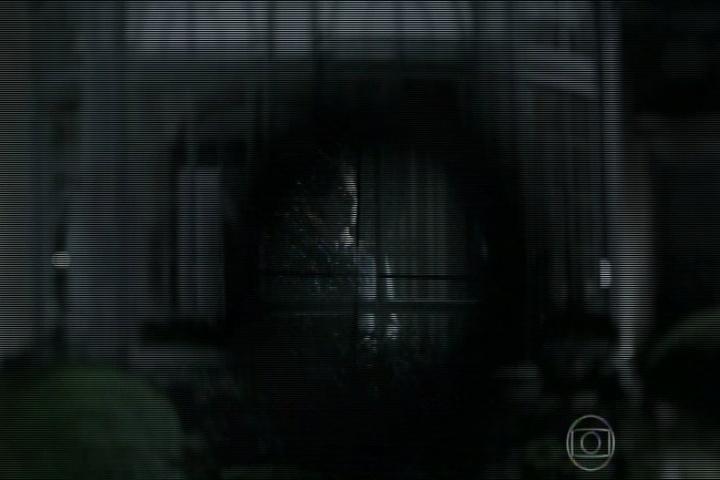 """12.set.2014 - O final de """"O Rebu"""" mostra Ângela sozinha em casa olhando para a janela quando um atirador se aproxima"""