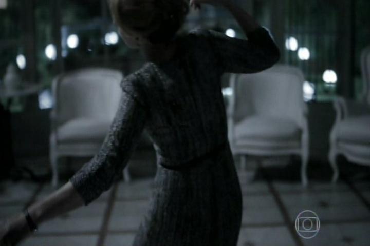"""12.set.2014 - O final de """"O Rebu"""" mostra Ângela sozinha olhando para a janela de sua mansão quando um atirador se aproxima"""