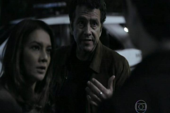 12.set.2014 - O início do último capítulo mostrou Pedroso e Rosa abordando Duda no meio da rua. Pressionada, a moça acaba confessando que matou Brun