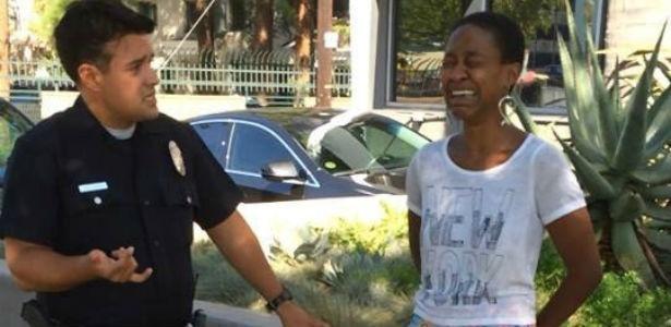 Foto postada pela atriz Danièle Watts na qual ela é interrogada por policiais - Reprodução/Facebook