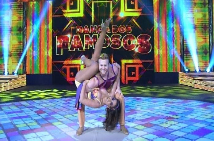 """14.set.2014 - Anitta e Magno Dutra dançam """"Preta"""" de Beto Barbosa na """"Dança dos Famosos"""" durante a repescagem da lambada"""
