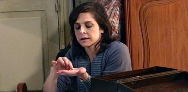 """Em """"Império"""", Cora decide vender alianças para fazer teste de DNA de Cristina e Zé Alfredo"""