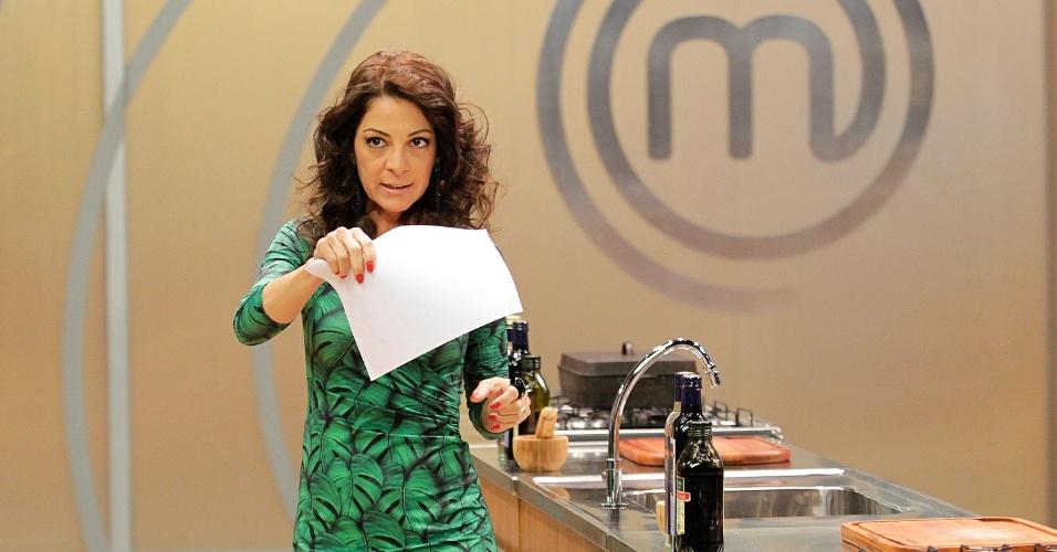"""12.set.2014 - A jornalista Ana Paula Padrão nos bastidores do reality show """"Masterchef"""", da Band"""