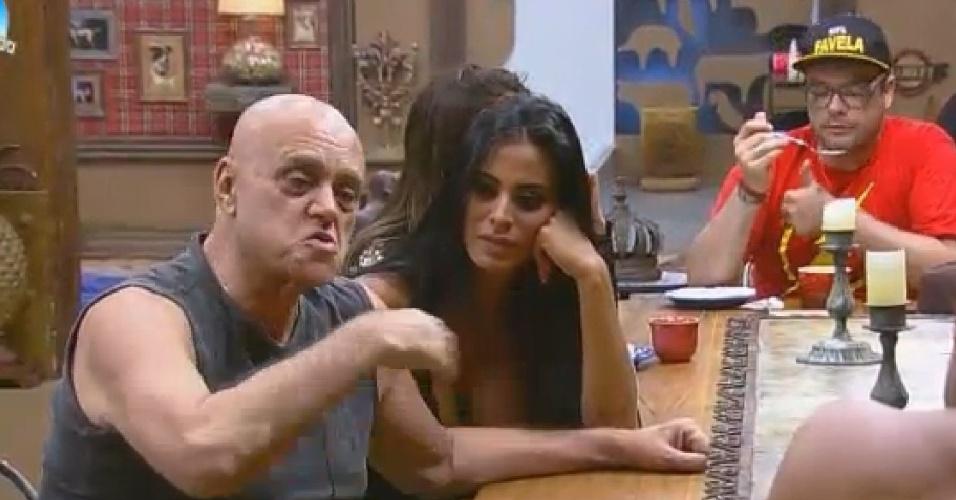 """14.set.2014 - O empresário Oscar Maroni em conversa na sede de """"A Fazenda 7"""""""