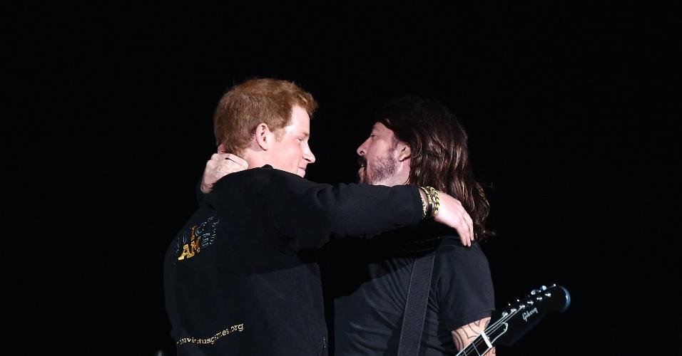 14.set.2014 - Príncipe Harry abraça Dave Grohl no palco, durante show do Foo Fighters no no Olympic Park, em Londres