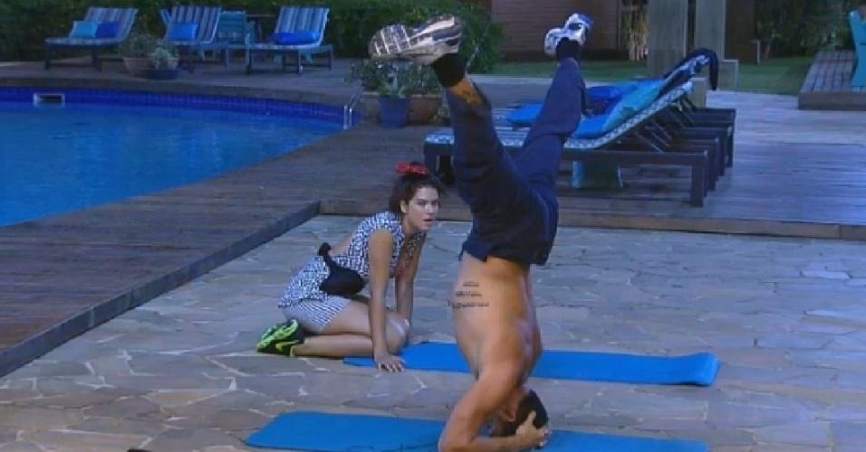 15.set.2014 - Marlos Cruz pratica ioga enquanto é observado por Débora Lyra em