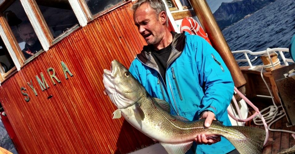 A cidade de Svolvær é ponto de partida de barcos que levam turistas para pescar bacalhau no meio do Westfjorden, o fiorde que separa Lofoten do território continental da Noruega. Na foto, um gadus morhua de seis quilos pego durante o passeio
