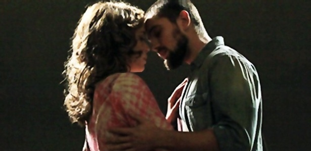 """Cristina (Leandra Leal) e Vicente (Rafael Cardoso) se beijam em """"Império"""""""