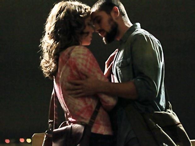 Cristina (Leandra Leal) e Vicente (Rafael Cardoso) se beijam em