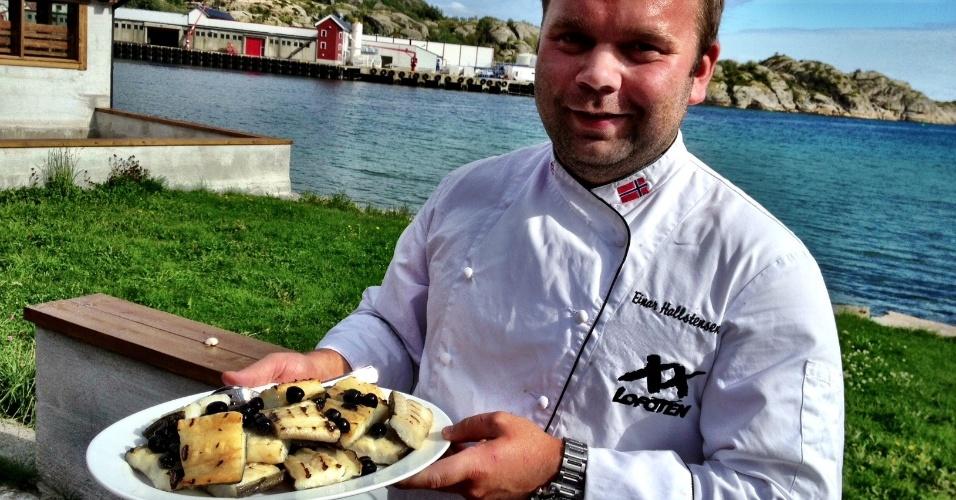 Depois de pescar seu próprio gadus morhua, os turistas são levados a uma baía nos arredores de Henningsvær e veem o peixe sendo preparado por um chef