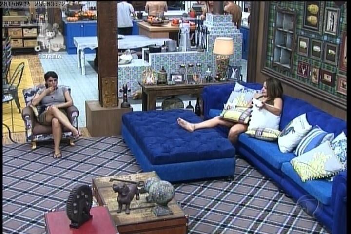 """14.set.2014 - Heloisa Faissol e MC Bruninha conversam na sala de """"A Fazenda 7"""""""