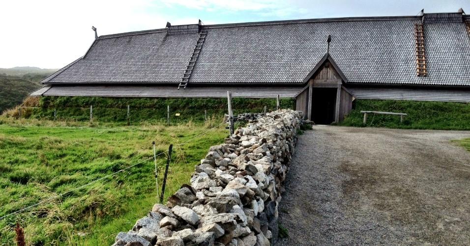 Localizado em Vestvågøy, o Museu Viking Lofotr exibe a réplica de uma antiga residência de um líder viking, com nada menos 83 metros de comprimento