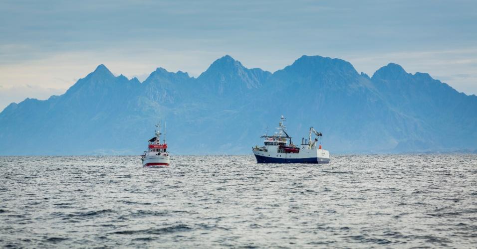 Nas ilhas Lofoten, a pesca do bacalhau é realizada entre lindas montanhas e sob a luz do ártico