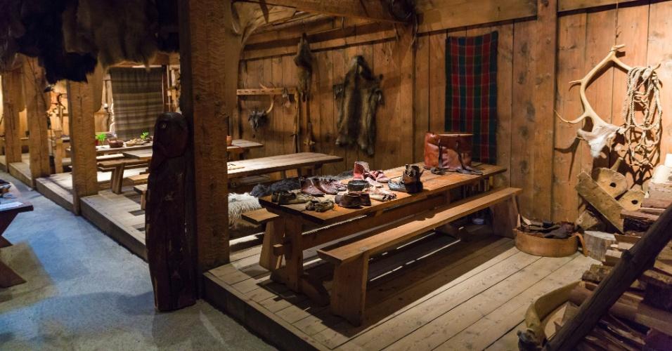 No museu Lofotr, na ilhas Lofoten, turistas veem a réplica do interior de um antiga residência viking da região