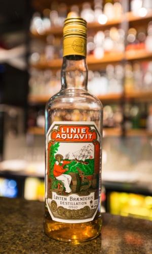 Nos bares das ilhas Lofoten, vale a pena provar a vodca Linie Aquavit. uma das mais queridas bebidas alcoólicas da Noruega