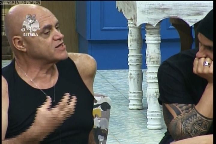 """14.set.2014 - Oscar Maroni conversando com os peões na sala de """"A Fazenda 7"""""""