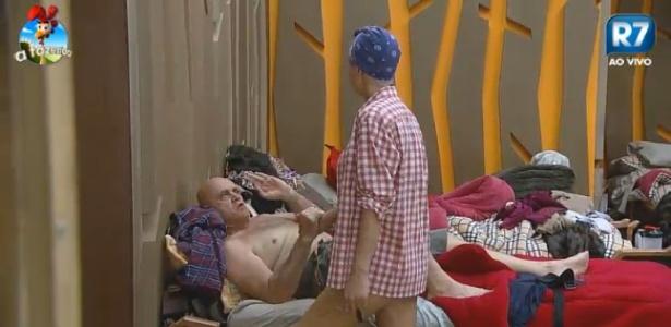 """Oscar Maroni pede para ficar com Bruna Tang para """"criar buchicho"""" e ela se irrita"""