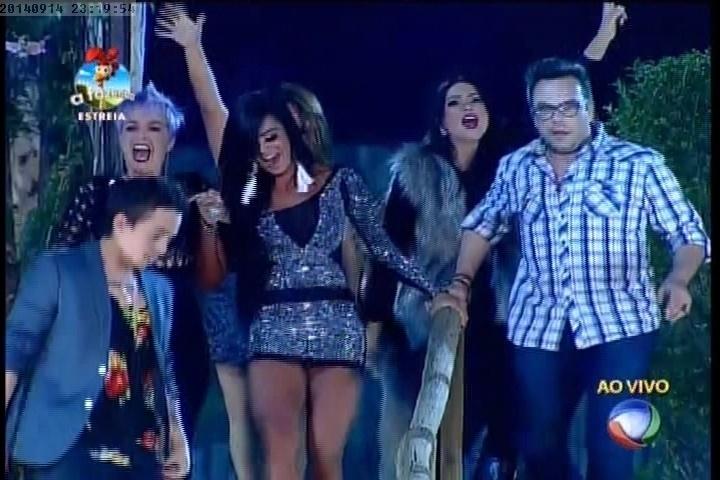 """14.set.2014 - Participantes de """"A Fazenda 7"""" vão ao encontro de Britto Jr"""