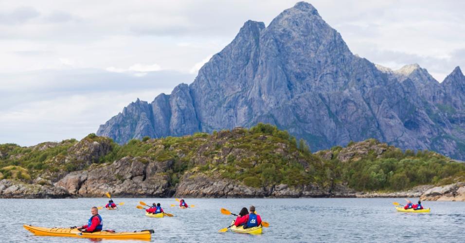 Passear de caiaque é outra maneira de se explorar as águas e as paisagens das ilhas Lofoten, no norte da Noruega