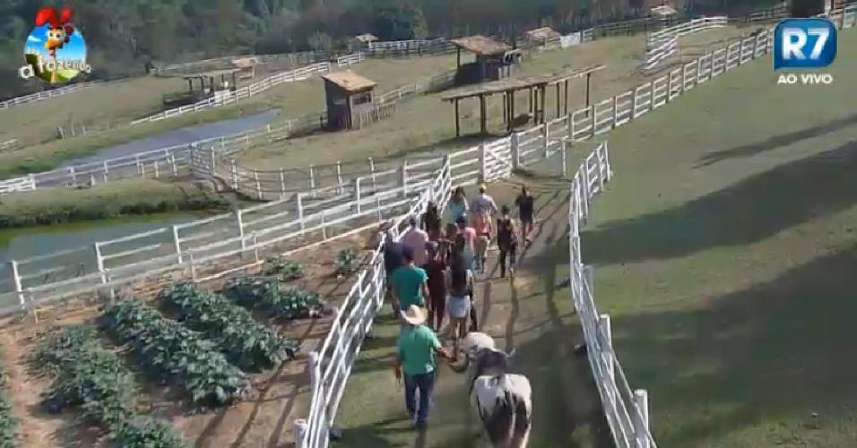 Peões passam pela horta da fazenda, em Itu