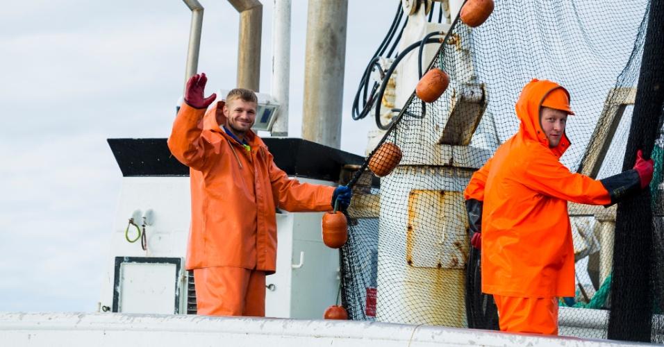 Pescadores trabalham nos arredores das ilhas Lofoten, o principal centro de bacalhau da Noruega