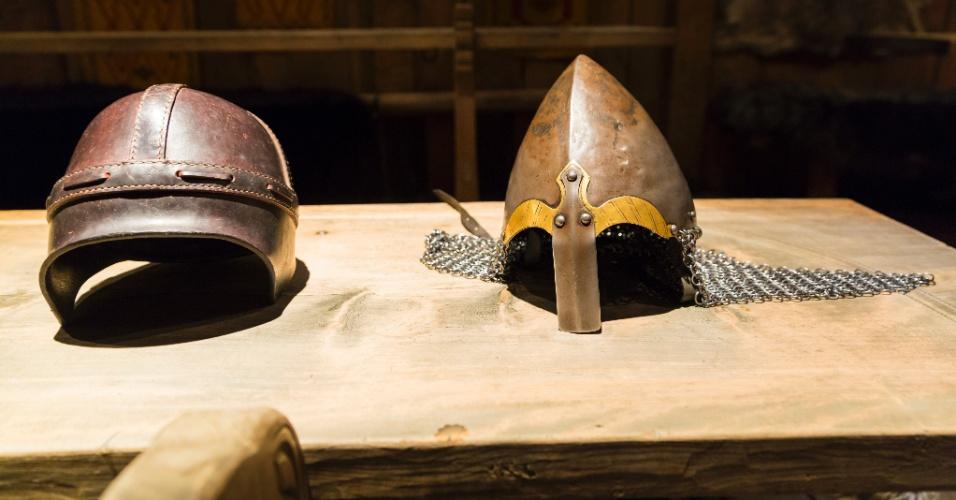 Réplicas de capacetes e armas vikings podem ser observadas no museu Lofotr, uma das atrações das ilhas Lofoten, na Noruega