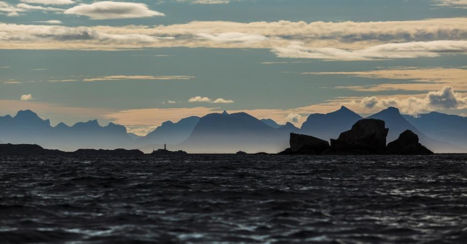 Situadas acima do Círculo Ártico, as ilhas Lofoten recebem a luz do sol até as 23h em determinados períodos do verão europeu. No local também ocorre o sol da meia-noite