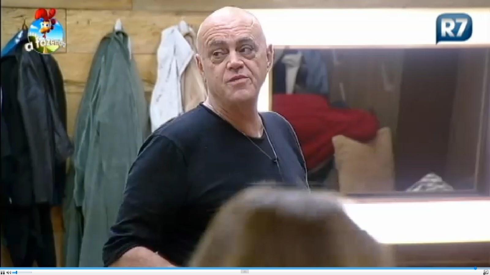 14.set.2014 - Oscar Maroni em conversa no quarto da