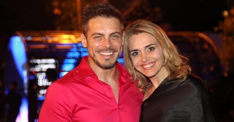 15.set.2014 - Luigi Baricelli vai com a mulher ao aniversário do produtor Sandro Chaim, no Rio
